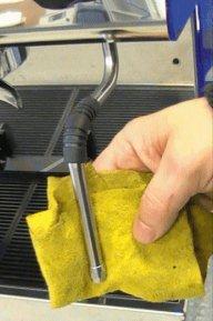 תחזוקה של מכונות קפה - ניקוי צינור הקיטור